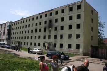 """Blocul """"verde"""" de pe Ostrovului este un bloc închis în urmă cu foarte mulţi ani şi în care nu e voie să intre oamenii, cu atât mai mult nu e permis să locuiască acolo."""