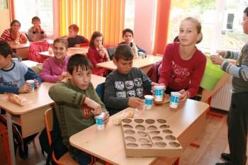 Elevi din Vetis cu corn si lapte