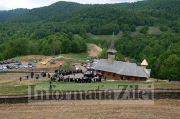 La slujba au participat aproximativ 300 de credinciosi