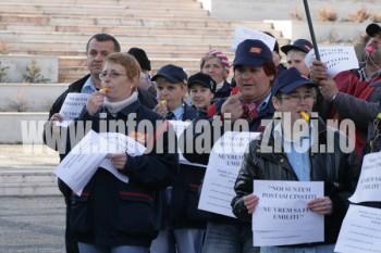 Postasi din Satu Mare la protest in fata Prefecturii