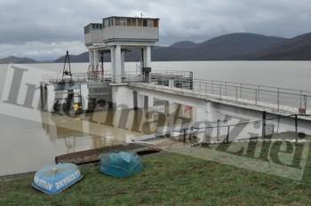Barajul de la Calinesti-Oas se deverseaza controlat