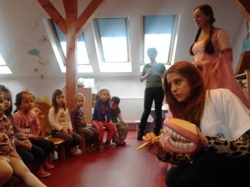Dr. Lorena Mihalca îi învaţă pe copii cum să se spele pe dinţi