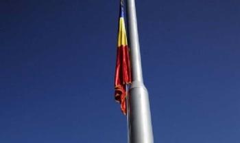 Catarg cu tricolor, asemanator celui ce va fi inaltat la Biserica Ortodoxa din Carei