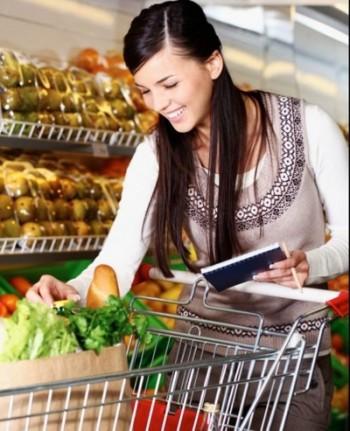 la cumparaturi intr-un supermarket