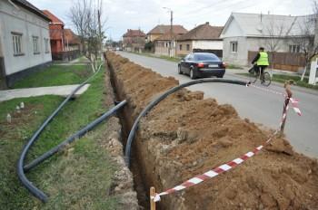 Pe raza acestei comune trebuie extinsă reţeaua de canalizare pe o suprafaţă de aproximativ 30 de kilometri, dintre care 22 de kilometri sunt doar la nivelul localităţii Halmeu.