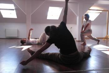 Imagine de la repetiţiile de mişcare (foto: Paul Sarvadi)