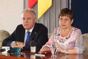 prefectul dr. Eugeniu Avram si presedinta BEJ Satu Mare, Adriana Vilcu, la conferinta de presa