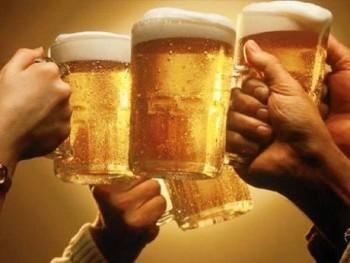 Consumul de bere cu prietenii este un mijloc de relaxare