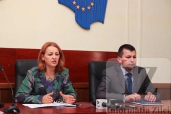 presedinta Tribunalului, Rodica Maxim Grosos si Cosmin Dorle, seful Serviciului juridic al prefecturii la tragerea la sorti