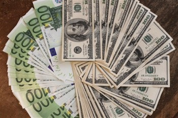 Euro a ajuns la cel mai redus nivel din ultimii ani fata de dolar