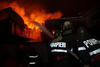 pompierii in actiune la o casa in flacari