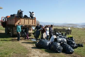 Participare numeroasă la ecologizarea barajului de la Călineşti-Oaş