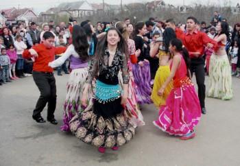 Ziua Internaţională a Romilor este marcată an de an la Tăşnad cu scopul de a prezenta societăţii tradiţii şi obiceiuri reprezentative pentru comunitatea romă, dar şi în ideea de promovare a multiculturalismului, toleranţei şi a unei normale convieţuiri
