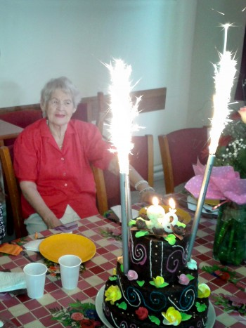 """Îi transmitem şi noi bunicii Beti multă sănătate şi un călduros """"La Mulţi Ani!"""""""