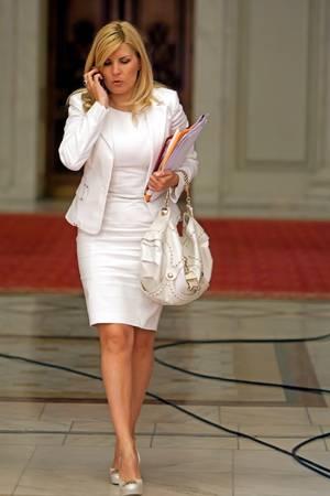Pentru ca i s-a spus ca seamana cu Elena Udrea o politista la batut cu bestialitate pe un barbat sub privirile altor trei politisti care nu au reactionat