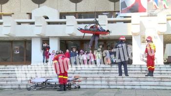 Pompierii au simulat salvarea unei victime de pe Casa de Cultura