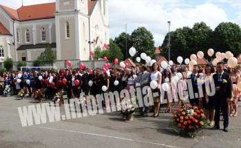 """O floare de """"Nu-mă-uita"""" oferita absolvenţilor Colegiului Naţional Mihai Eminescu"""
