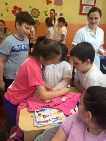 Activităţile de educaţie sanitară continuă în 6 iunie când elevii şcolii postliceale vor desfăşura un joc despre igiena personală, activităţi în aer liber şi un atelier de creaţie la Satul de Lut cu copii de la Asociaţia Langdon Down Satu Mare.