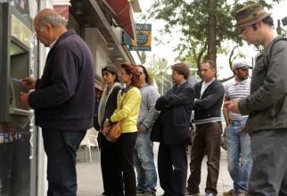 Grecii se grăbesc să-şi retragă banii