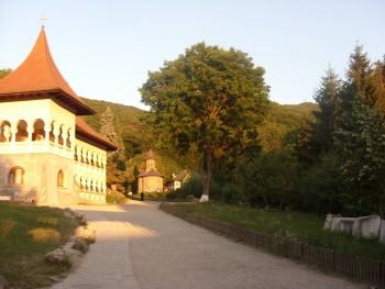 Drumul spre biserica mănăstirii