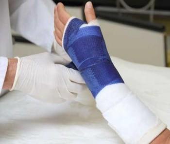 A stat 10 zile cu mâna dreaptă-n ghips în condiţiile în care cea stângă era de fapt ruptă