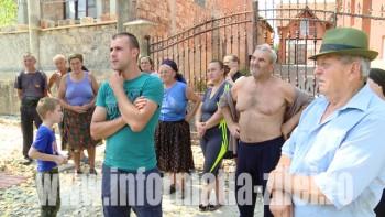 28 de gospodari şi-au tras o ţeavă de apă din vale, mic;orând debitul vecinilor, care s-au răzbunat