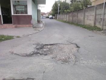 S-au reabilitat toate străzile din zonă şi groapa a rămas, ne spune cititorul