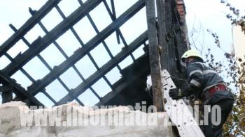 Acoperisul unei case de pe strada Corvinilor a luat foc