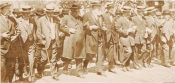 """Fotografie apărută în revista franceză """"Le Miroir"""" din 29 octombrie 1916. Vasile Lucaciu este al patrulea din stânga alături de Istrate Micescu (al cincilea), Nicolae Filipescu (al doilea) şi Take Ionescu (al optulea)."""