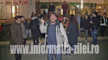 Într-o stare de veselie avansată, Cristian Matos, fotograful lui Romeo Nicoară, a stricat manifestaţia sinceră a tinerilor care au venit în număr de aproximativ 150 în Pasajul pietonal Corneliu Coposu