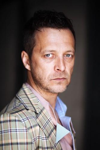 """Molnar Levente s-a născut în 10 martie 1976 în Baia Mare şi a urmat studiile liceale la Colegiul Naţional """"Ioan Slavici"""" din Satu Mare"""