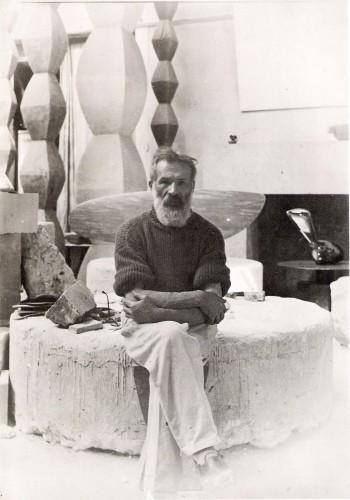 Constantin Brâncuşi în atelier