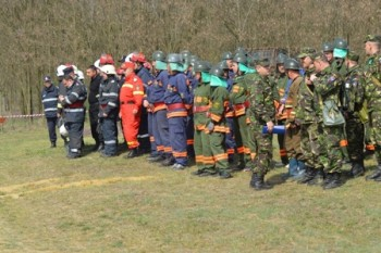 o parte a pompierilor care au intervenit la simularea de incendiu de la Ciumesti