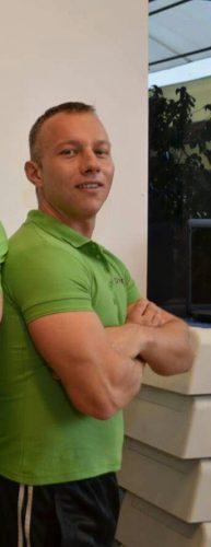 Bartos Barna Istvan are calificări ca antrenor fitness şi instructor de box thailandez