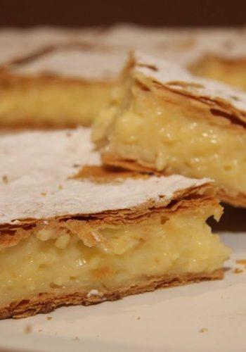 Cu riscul de a vă face poftă, vă spunem ce prăjituri se coc vineri seara la Moara cu noroc: foi cu miere, cornuleţe cu nucă, cornuleţe cu magiun, prăjitură Fanta, cremeş, sumeghi, lava cake - moelleux aux chocolat şi brioşe