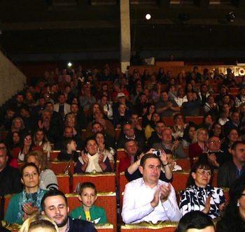 Sute de sătmăreni au răspuns pozitiv invitaţiei de a fi prezenţi la spectacolul caritabil