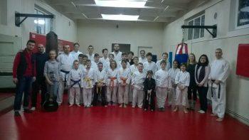 Vineri, 23 decembrie, când am ajuns noi la clubul Okinawa am asistat la un antrenament de karate shotokan tradiţional. Antrenorul Csaba Nyesti ne-a spus că are peste 60 de cursanţi la ora actuală, cu vârsta între 5 şi 50 de ani, şi îşi doreşte prin proiectul umanitar să ajute cât mai mulţi copii şi tineri sătmăreni care provind din familii cu situaţie financiară precară.