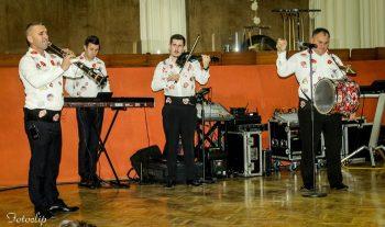 Formaţia Argus Satu Mare - solist vocal Dani Fernea, Călin Borşe - taragot, Norberto Elek - clape şi acordeon şi Laurenţiu Chiş - vioară.