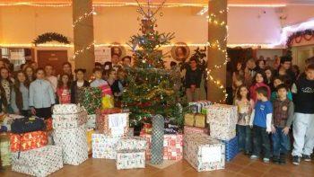 Toţi elevii şcolii s-au implicat în aceste activităţi specifice lunii decembrie, de la mic la mare, fiecare clasă dăruind ceva beneficiarilor