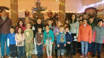 """La final de campanie, lângă bradul frumos împodobit, corul Şcolii """"Bălcescu - Petofi"""", îndrumat de profesoara Renata Iovan, i-a făcut pe cei prezenţi să radieze, împărtăşindu-le vestea Naşterii Domnului şi invitându-i la o călătorie frumoasă ruptă din filele unei poveşti de iarnă."""