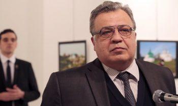 Individul din spate este cel care l-a impuscat pe Andrei Karlov in timp ce diplomatul rus participa la o expozitie de arta in capitala turca Ankara