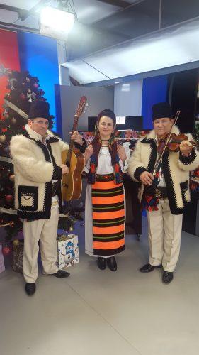 În studioul ITV, invitaţii de duminică din emisiunea Zone folclorice vă aşteaptă la un adevărat spectacol şi pentru că suntem în pragul sărbătorilor de iarnă, ne invită să colindăm alături de ei.