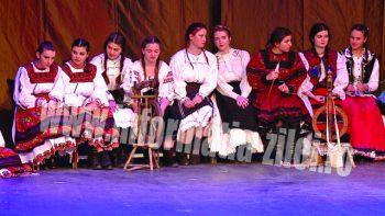 Copii de toate vârstele de la Liceul Teologic Ortodox au încântat publicul cu zeci de colinde