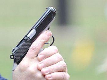 S-a trecut la urmărirea lor, însă pentru că nu s-au supus somaţiilor repetate de oprire, unul din poliţişti a tras un foc de armă în plan vertical. Asta i-a speriat pe fugari şi i-a oprit.