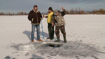 Alexandru Lupescu e pescar de 38 de ani, preferă pescuitul la crap, dar de câţiva ani încoace iese şi la răpitori, la copcă