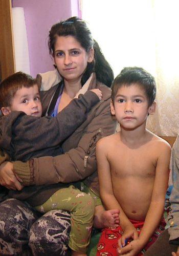 Gyongyi Kovacs are 29 de ani şi stă alături de concubinul ei şi cei şase copii într-o locuinţă socială din zona Crângului