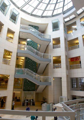 Interior al Bibliotecii din San Francisco