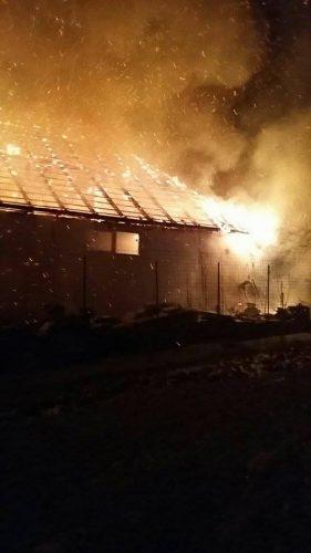 Peste 1.000 de metri patrati ai unui depozit de materiale de constructii au ars in noaptea de anul nou