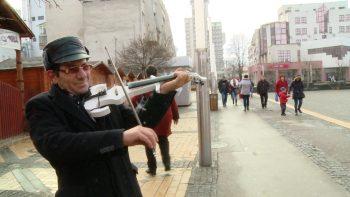 Îl cunoaşte tot oraşul şi între violonist şi unii trecători se schimbă din priviri şi zâmbete