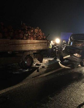 Soferul unui microbus nu a vazut la timp camionul si a intrat in plin in el